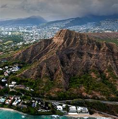 Ladera de la montaña junto a la ciudad de Honolulu