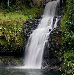 Una cascada en las laderas montañosas en Kona